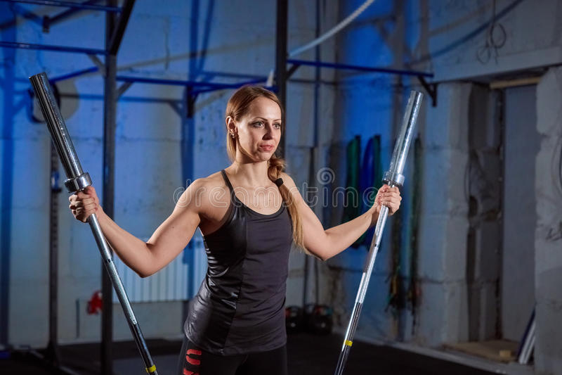 Lyftande skivstång för härlig konditionkvinna Lyftande vikter för sportig kvinna Färdig flicka som övar byggnadsmuskler Kondition royaltyfria bilder