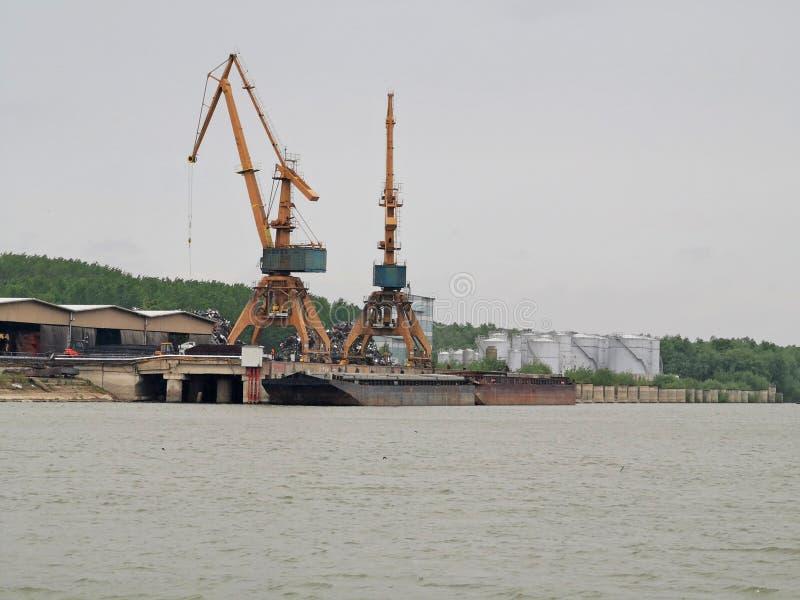 Lyftande stora kranar för skepppäfyllning arkivbilder