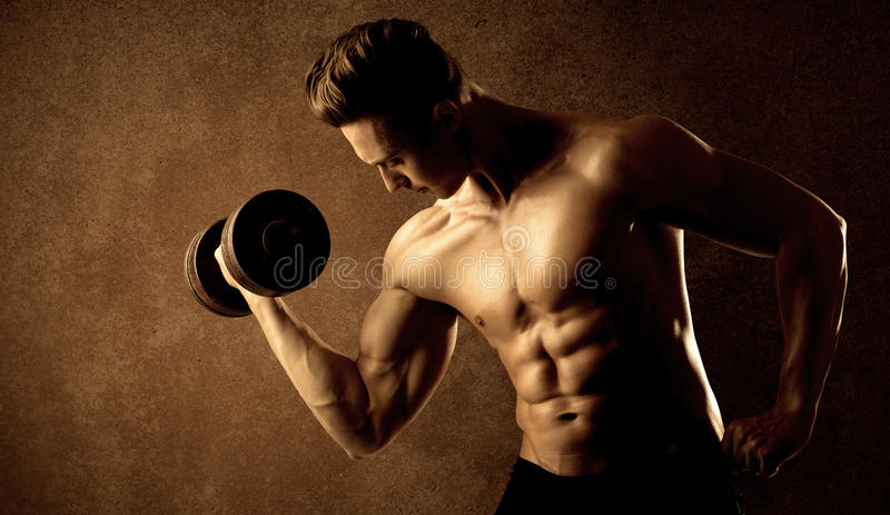 Lyftande vikt för muskulös passformkroppsbyggareidrottsman nen royaltyfria bilder