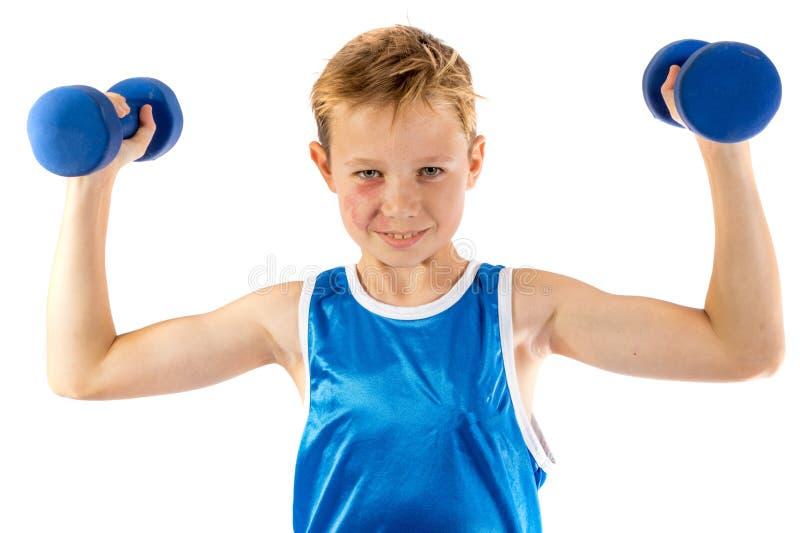 lyftande vikter för Pre-tonårig pojke arkivfoto