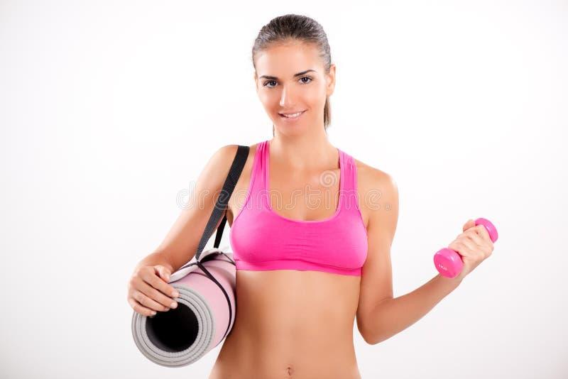 lyftande weights le för attraktiv kameracloseupkondition kvinnan royaltyfria foton