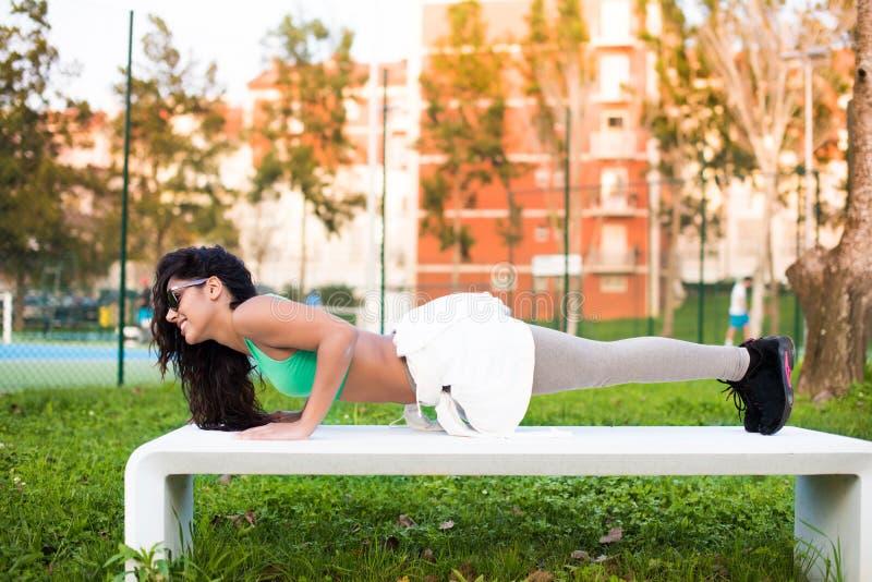 lyftande weights le för attraktiv kameracloseupkondition kvinnan arkivbilder
