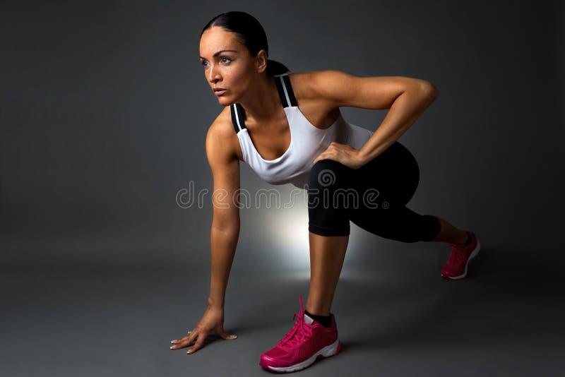 lyftande weights le för attraktiv kameracloseupkondition kvinnan arkivfoton