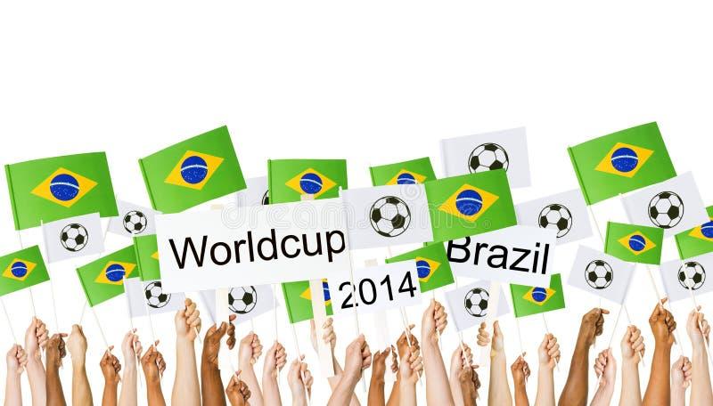 Lyftt brasiliansk flagga för arminnehav för världscup arkivfoto