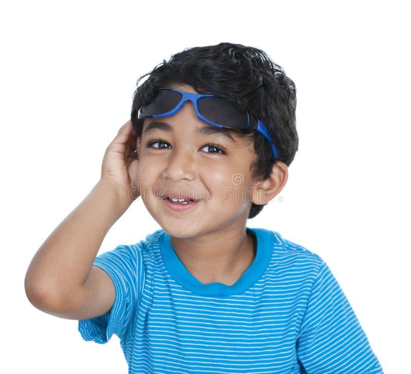 lyftt le solglasögonlitet barn royaltyfri foto