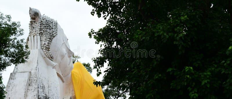 Lying white buddha standbeeld at Wat Khun Inthapramun stock fotografie