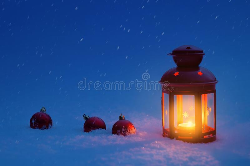Lykta för jul i snön med julleksaker Jul royaltyfria foton