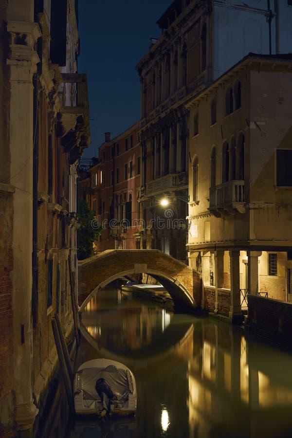 Lykta för natt för kanalfartyg arkivfoto
