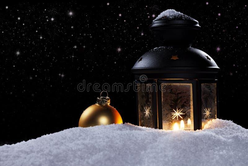 Lykta i en natt med stjärnor och en julboll royaltyfria foton