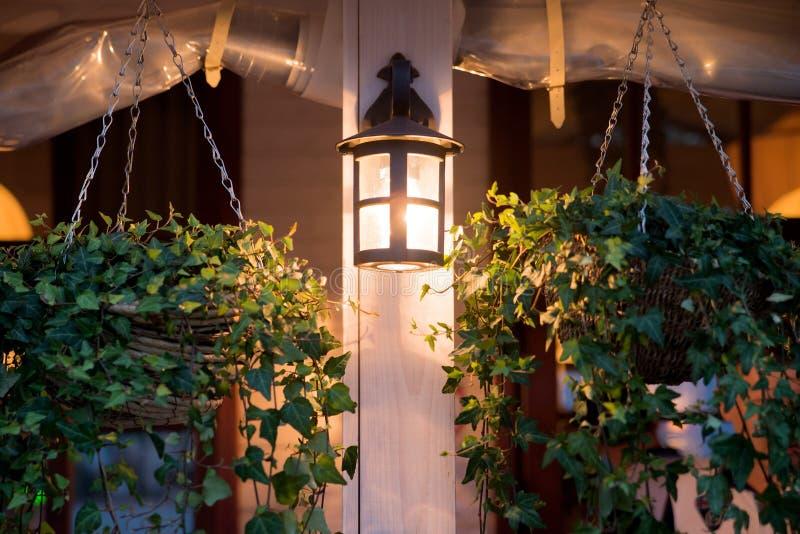 Lykta lampa, garneringyttersida i kafé fotografering för bildbyråer