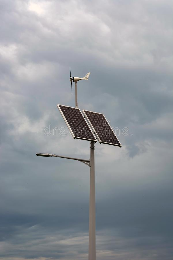 Lykta med en lykta och installerade solpaneler på en bakgrund för blå himmel royaltyfria bilder