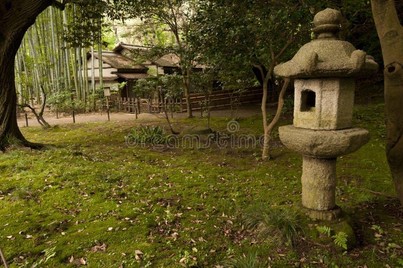 Lykta och traditionellt hus i japaneese trädgårdSankei-en royaltyfri bild