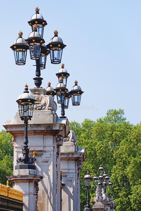 Lykta på Buckingham Palace i London i England royaltyfri fotografi