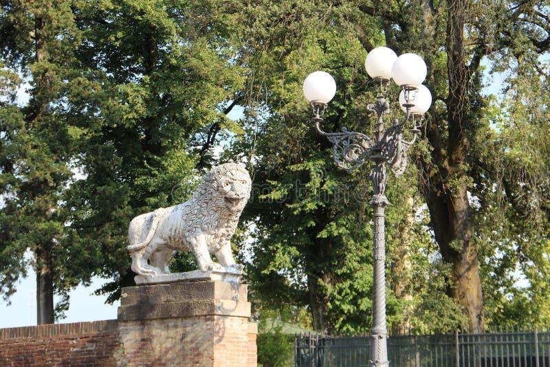 Lyktabelysning och skulptur av ett lejon arkivfoto