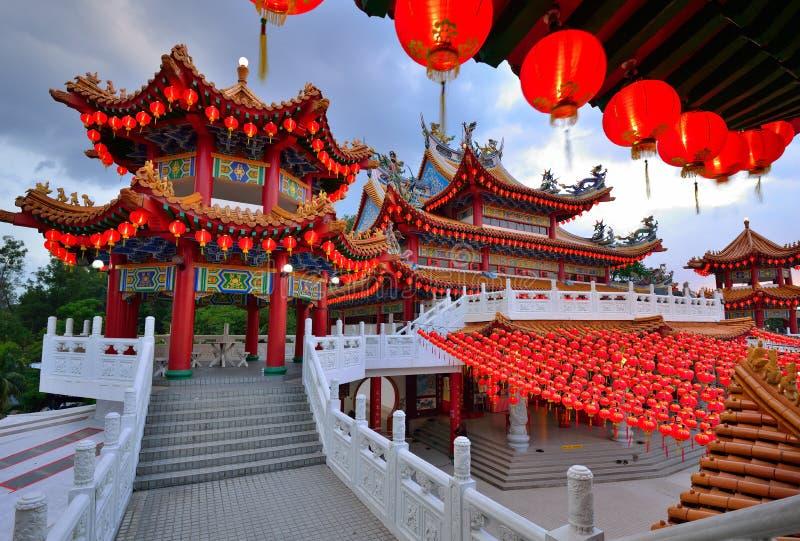 Lyktagarnering på den Thean Hou templet fotografering för bildbyråer