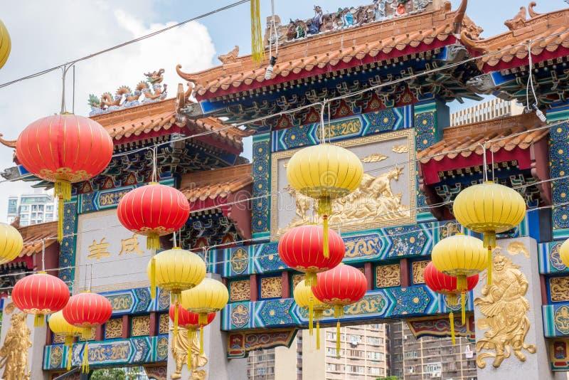 Lyktah?ngning p? Wong Tai Sin Temple f?r dekorerar st?llet royaltyfria foton