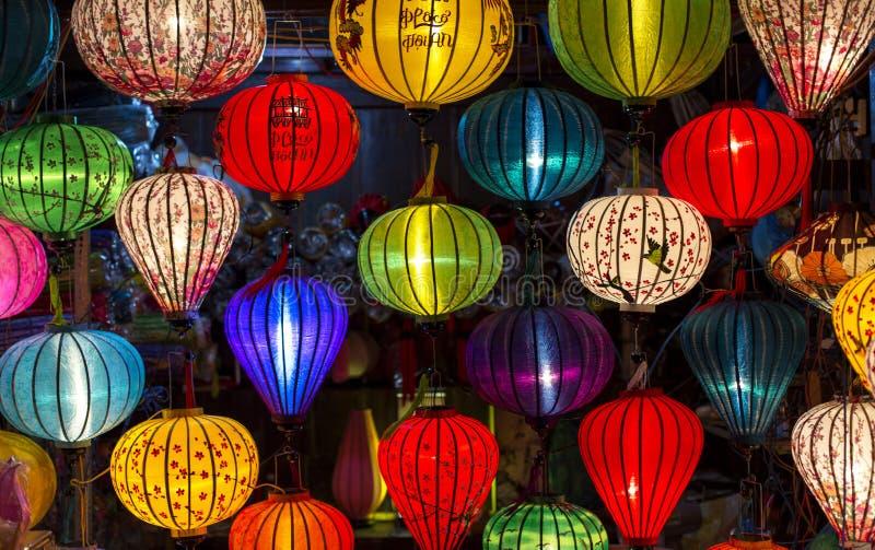 Lyktor på den gamla staden shoppar i Hoi An, Vietnam royaltyfri fotografi