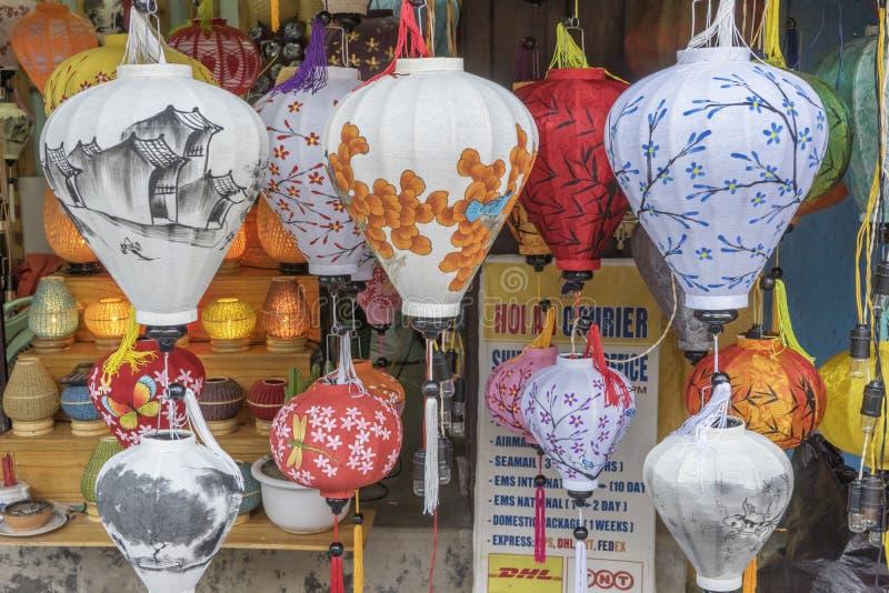 Lyktor på den gamla staden shoppar i Hoi An, Vietnam royaltyfri bild
