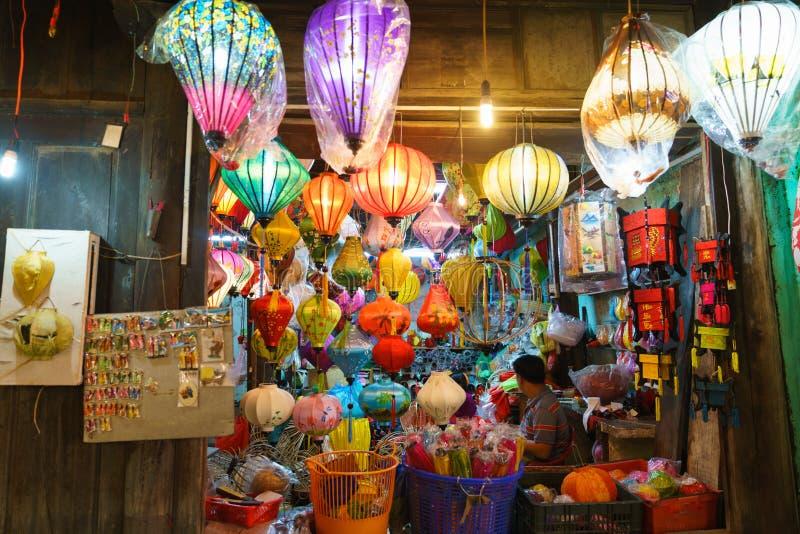 Lyktor på den gamla staden shoppar i Hoi An, Vietnam royaltyfria foton