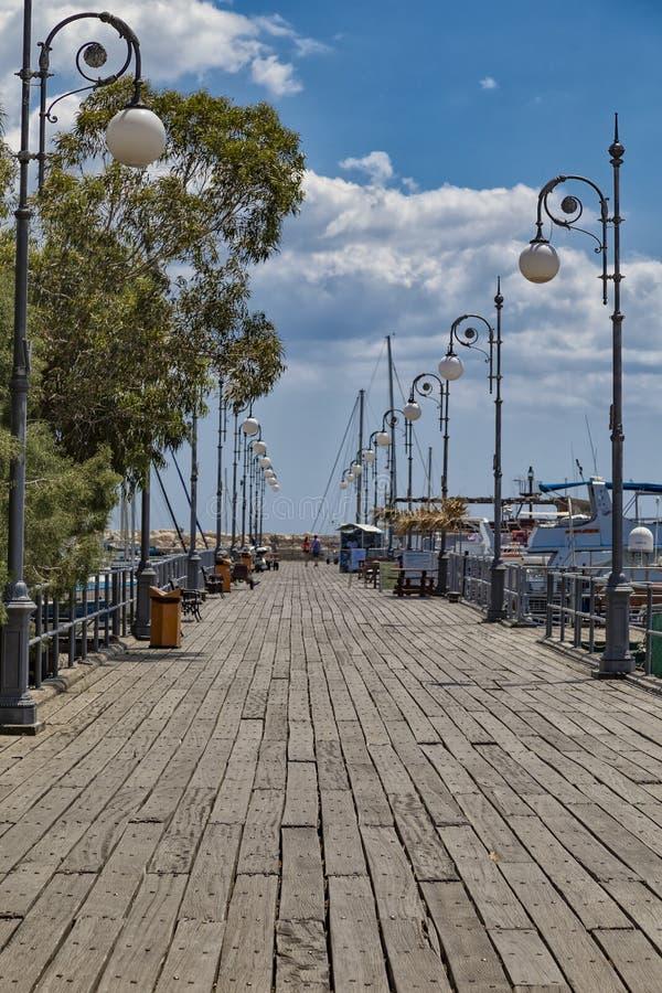 Lyktor på den Larnaca sjösidan, Cypern royaltyfri foto