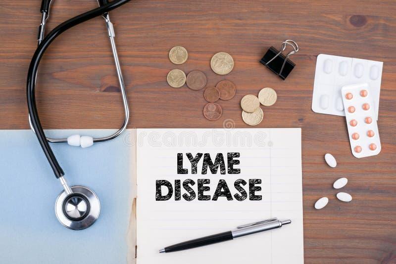 Lyme-Borreliose Doktor ` s Schreibtisch mit Notizbuch stockfotografie