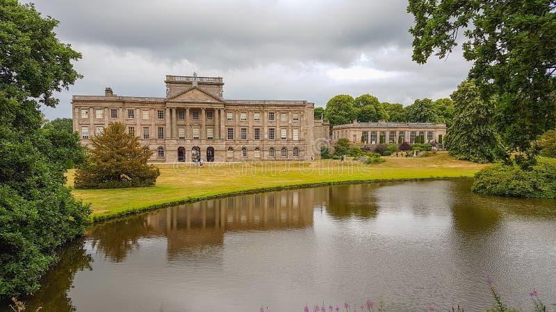 Lyme Hall och dess damm inom Lyme parkerar i Cheshire, England arkivbilder