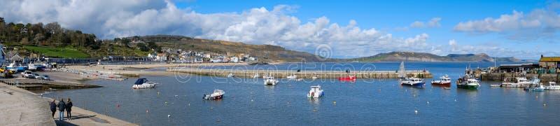 LYME REGIS, DORSET/UK - 22 ΜΑΡΤΊΟΥ: Βάρκες στο λιμάνι σε Lyme στοκ εικόνα