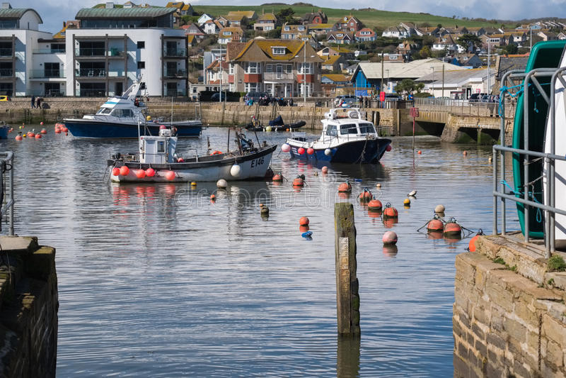 LYME REGIS, DORSET/UK - MARS 22: Fartyg i hamnen på Lyme arkivfoto