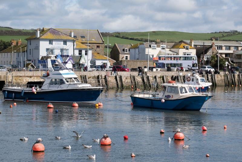 LYME REGIS, DORSET/UK - MARS 22: Fartyg i hamnen på Lyme royaltyfri foto