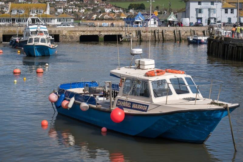 LYME REGIS, DORSET/UK - MARS 22: Fartyg i hamnen på Lyme arkivbilder