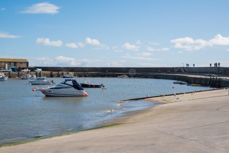 LYME REGIS, DORSET/UK - MARS 22: Fartyg i hamnen på Lyme royaltyfria foton