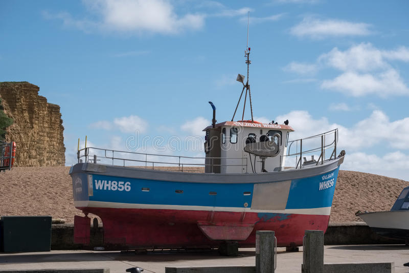 LYME REGIS, DORSET/UK - MARS 22: Fartyg på kajen på Lyme fotografering för bildbyråer