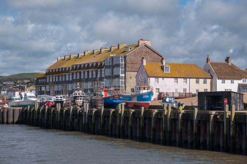 LYME REGIS, DORSET/UK - MARS 22: Fartyg på kajen på Lyme royaltyfri fotografi