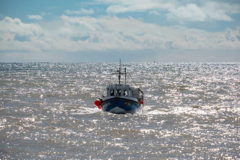 LYME REGIS, DORSET/UK - MARS 22: FiskebåtRacing hem till L arkivbild