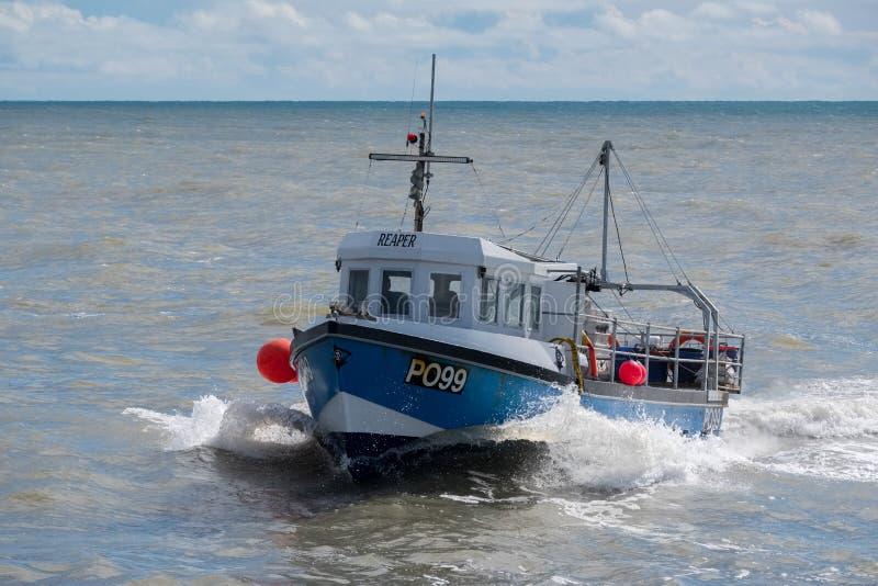 LYME REGIS, DORSET/UK - MARS 22: FiskebåtRacing hem till L royaltyfri bild