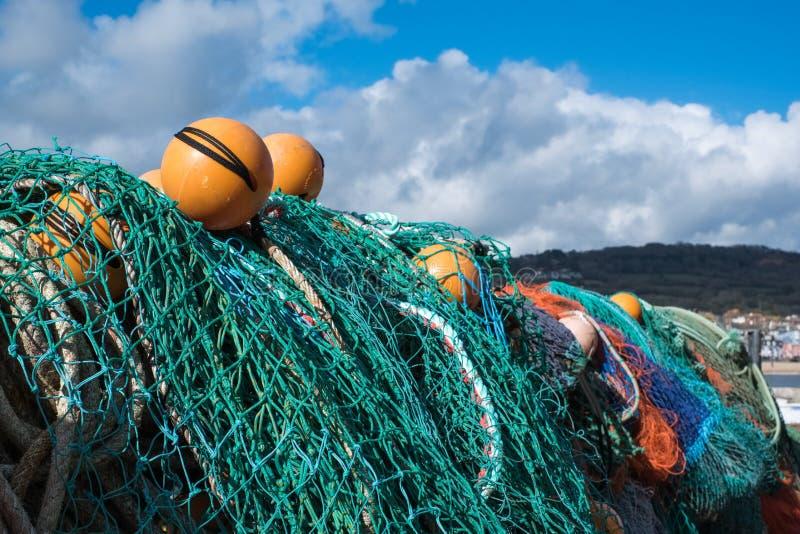 LYME REGIS, DORSET/UK - MARS 22: Fisknät i hamnen a arkivbilder