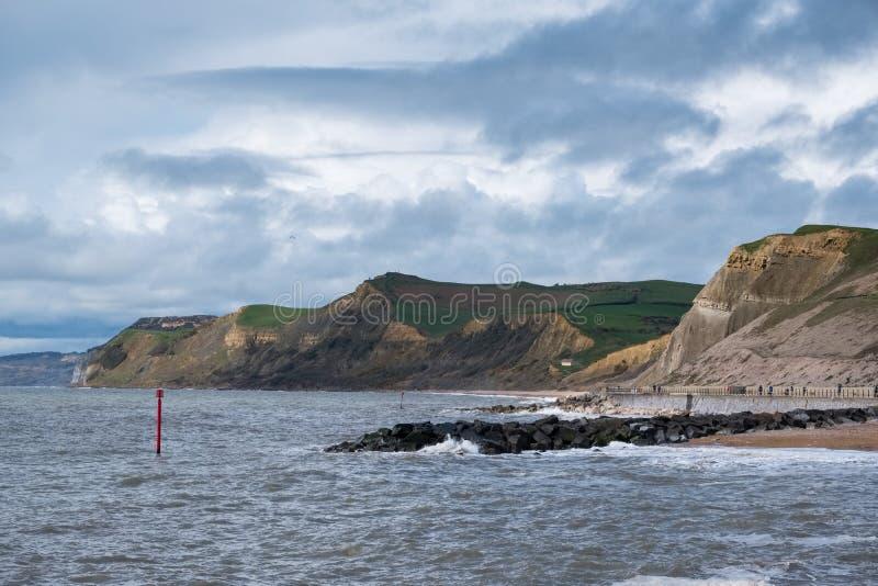 LYME REGIS, DORSET/UK - MARS 22: Jurassic kustlinje på beträffande Lyme arkivbild