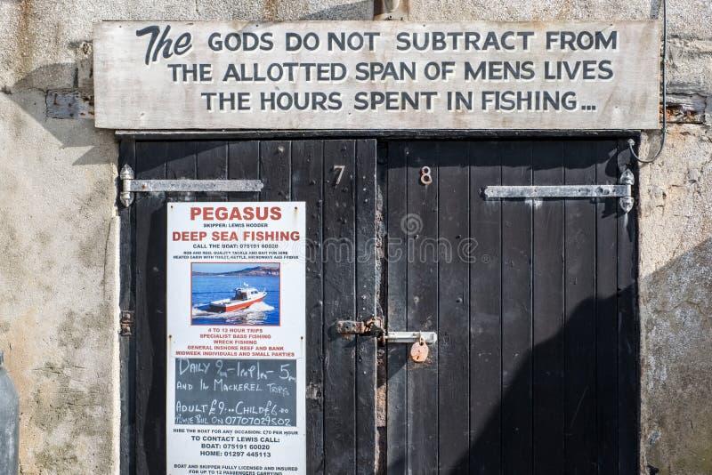 LYME REGIS, DORSET/UK - MARS 22: Kostnadsförslag på en garagedörr på royaltyfri bild