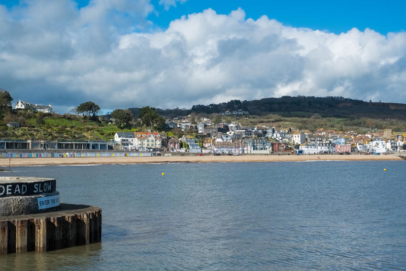 LYME REGIS, DORSET/UK - MARS 22: Sikt av Lyme Regis från Het royaltyfri foto