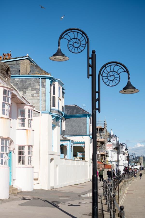 LYME REGIS, DORSET/UK - MARS 22: Sikt av promenaden på Lyme royaltyfri fotografi