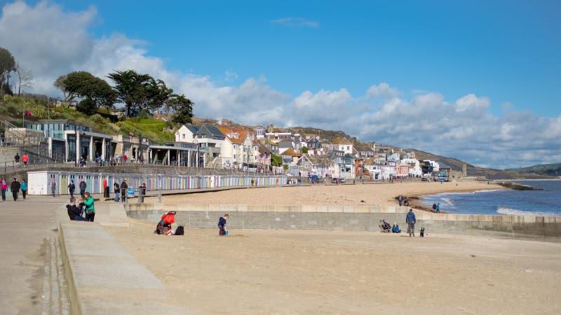 LYME REGIS, DORSET/UK - MARS 22: Sikt av stranden på Lyme Reg fotografering för bildbyråer