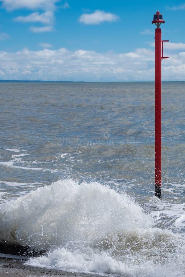 LYME REGIS, DORSET/UK - MARS 22: Varningslampa i havet på Ly royaltyfri fotografi