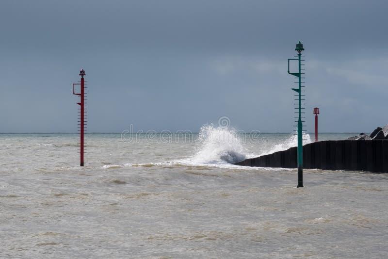 LYME REGIS, DORSET/UK - MARS 22: Varningslampor i havet på L royaltyfria bilder