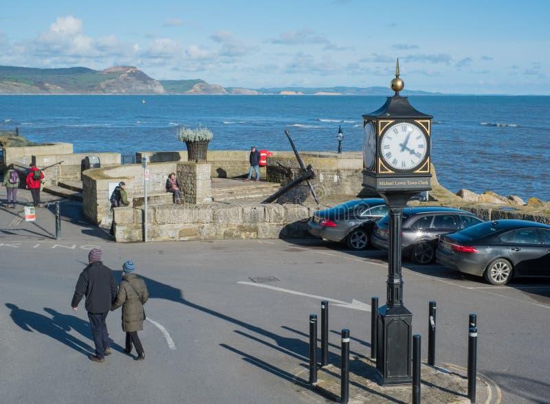 LYME REGIS, DORSET/UK - MARZEC 22: Grodzki zegar przy Seafron zdjęcia stock