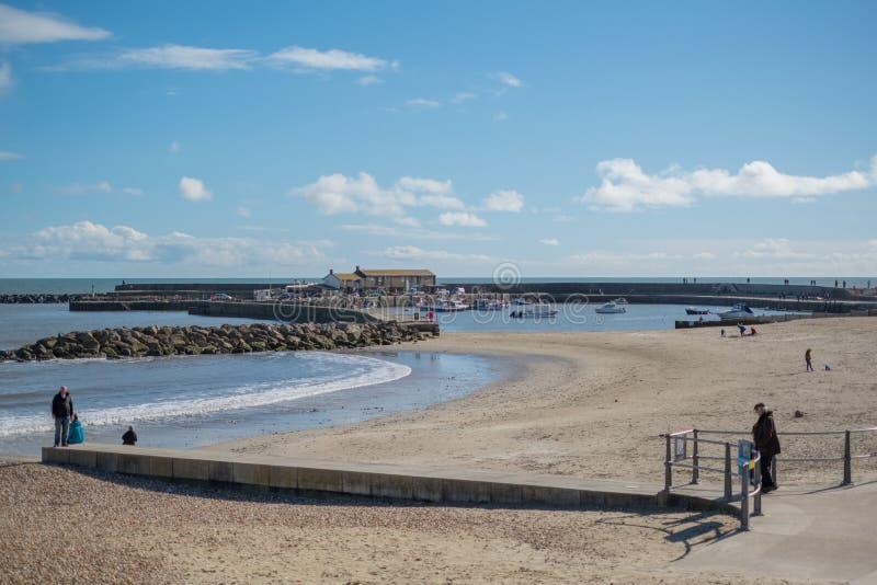LYME REGIS, DORSET/UK - MARZEC 22: Widok plaża przy Lyme Reg zdjęcia stock