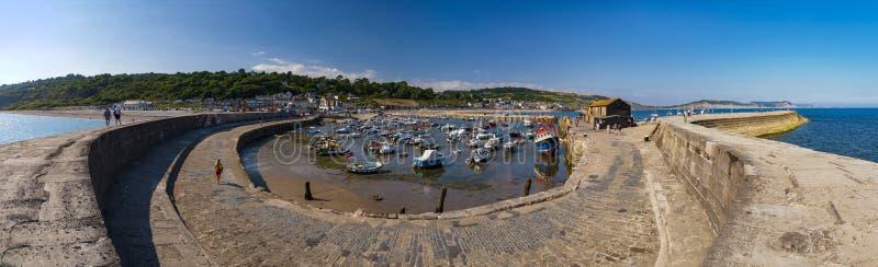Lyme Regis hamn och Cobb royaltyfri foto