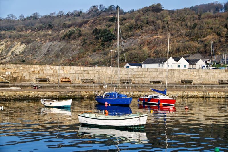 Lyme Regis Harbour - April arkivbilder