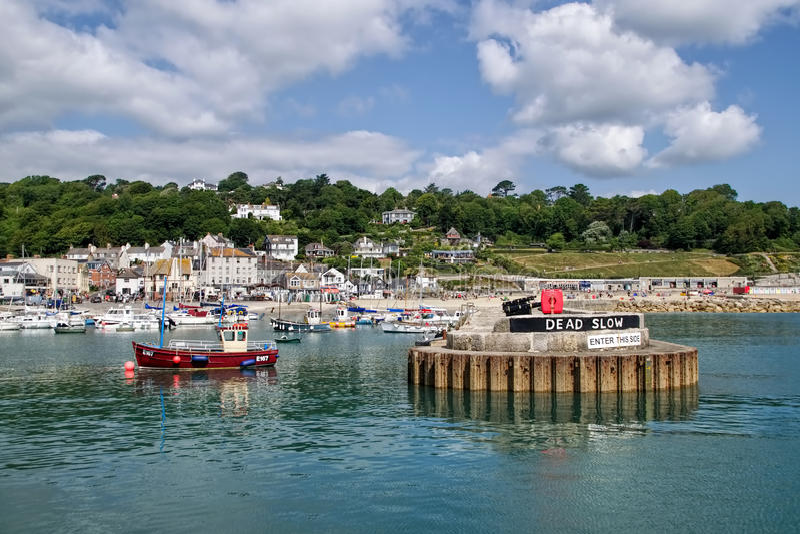 Lyme Regis Harbour - Juli 2015 fotografering för bildbyråer