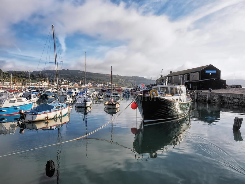 Lyme Regis Harbour - September fotografering för bildbyråer