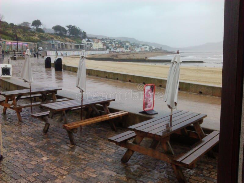 Lyme Regis i regnet royaltyfri bild